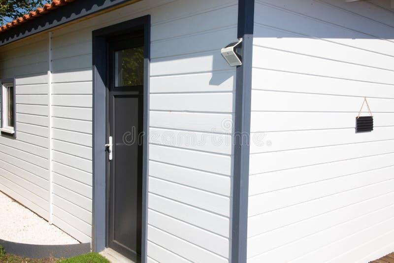 Coin en bois blanc de maison d'étage unique photos libres de droits