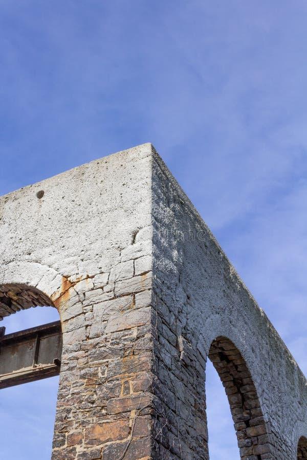 Coin entre les murs de la pierre, voûtes ouvertes sans fenêtres, aucun toit photographie stock