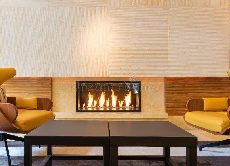 Coin salon moderne de cheminée image libre de droits