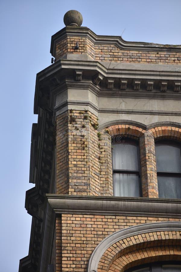 Coin supérieur d'immeuble de brique photo stock