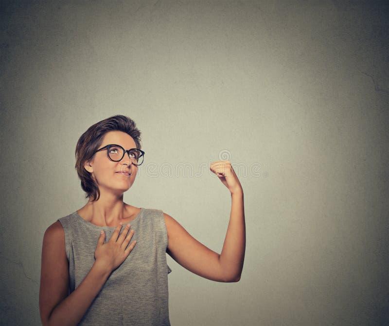 Coincée femme arrogante suffisante arrogante avec le complexe de napoléon photos stock