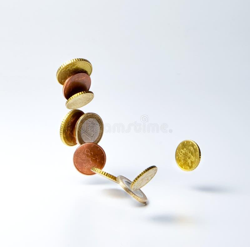 coins att falla f?r euro Symbol av rikedom, ackumulation eller nedg?ngen av marknaden, inflation och s? vidare arkivfoto