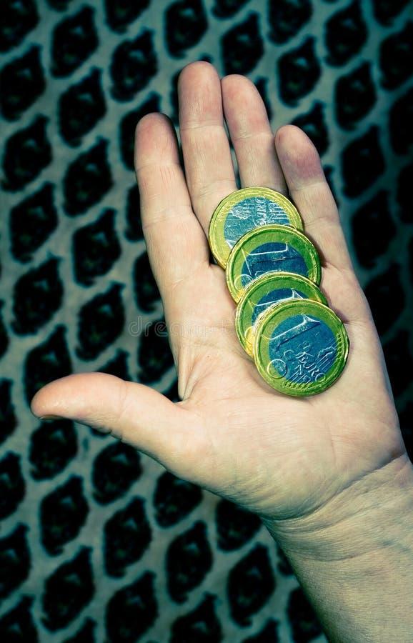 coins eurohanden arkivbild