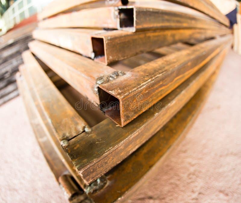 Coins rouillés en métal dans l'usine image stock