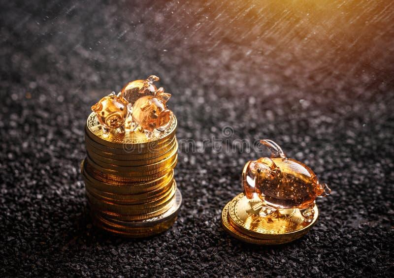 coins sparande för stapel för begreppshandpengar skyddande fotografering för bildbyråer