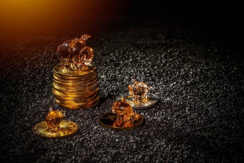 coins sparande för stapel för begreppshandpengar skyddande royaltyfria bilder