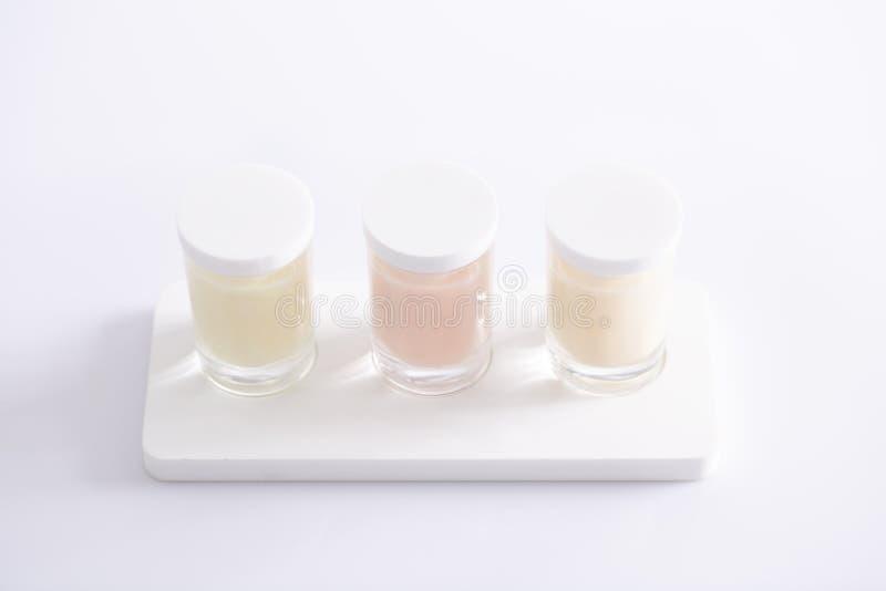 3 стеклянных косметических cointainers с натуральным продучтом заботы кожи стоковое фото rf