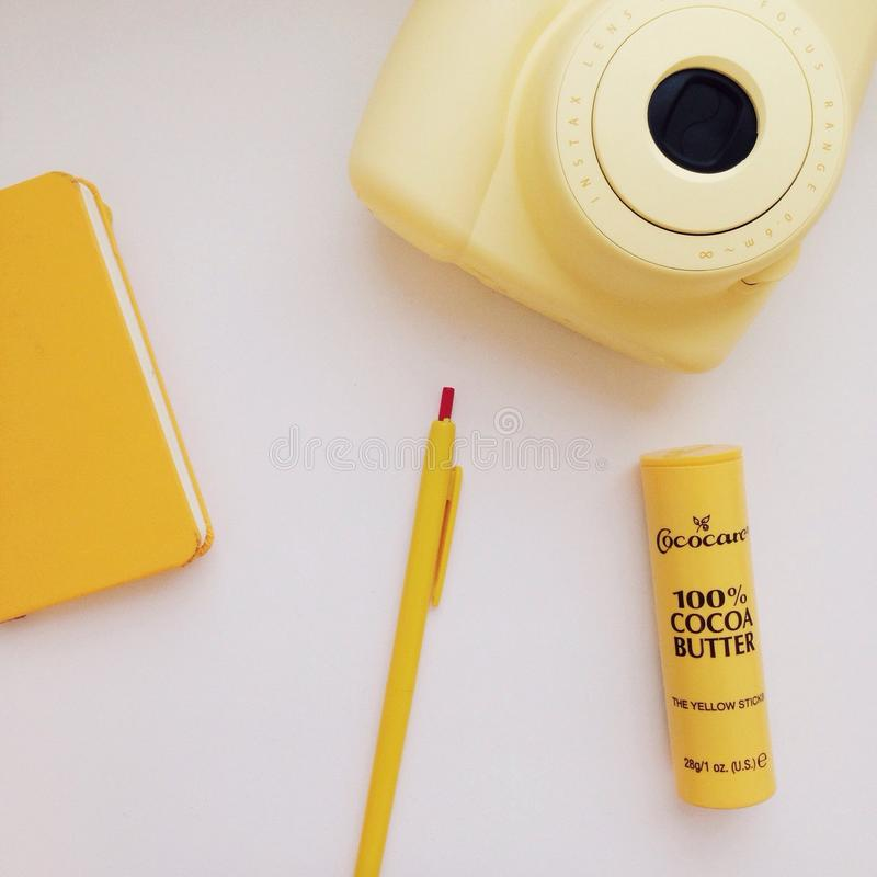 coisas amarelas no saco fotos de stock