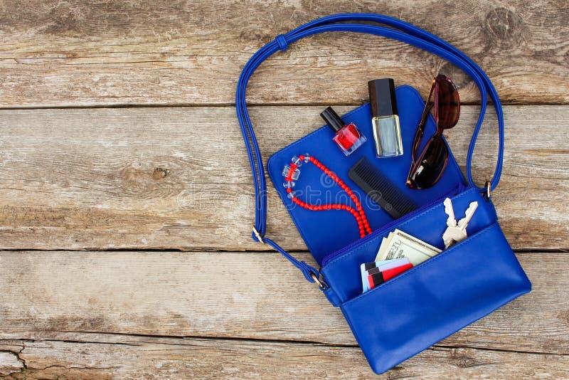Coisas da bolsa aberta da senhora imagens de stock