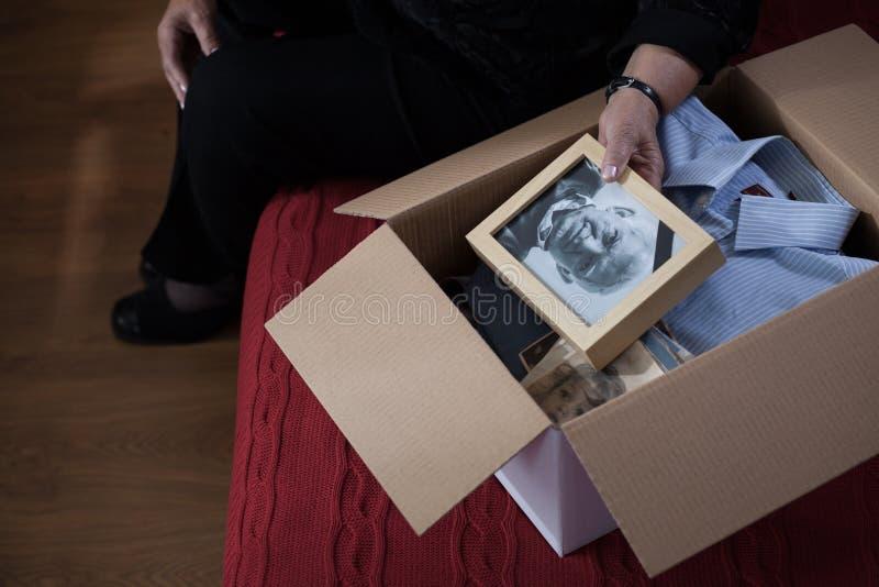 Coisas da embalagem da viúva na caixa imagens de stock royalty free