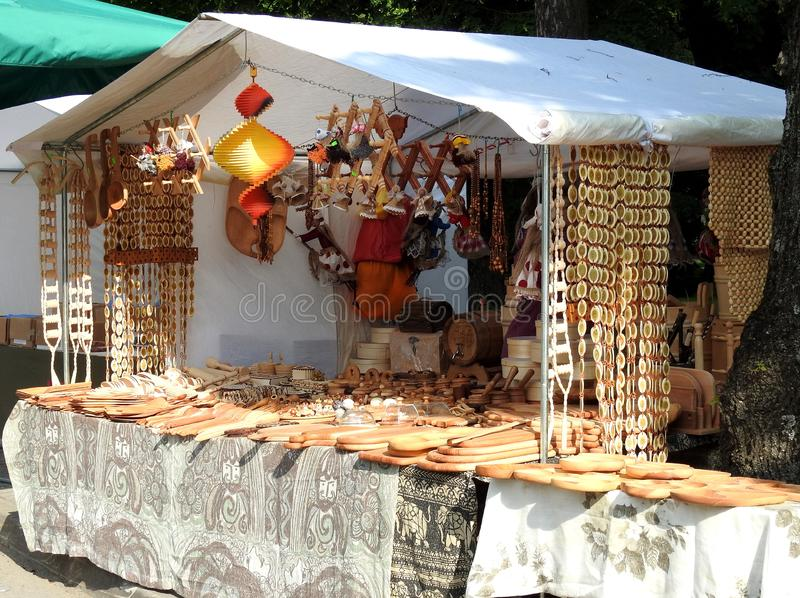 Coisas de madeira diferentes para a venda, Litu?nia imagens de stock royalty free