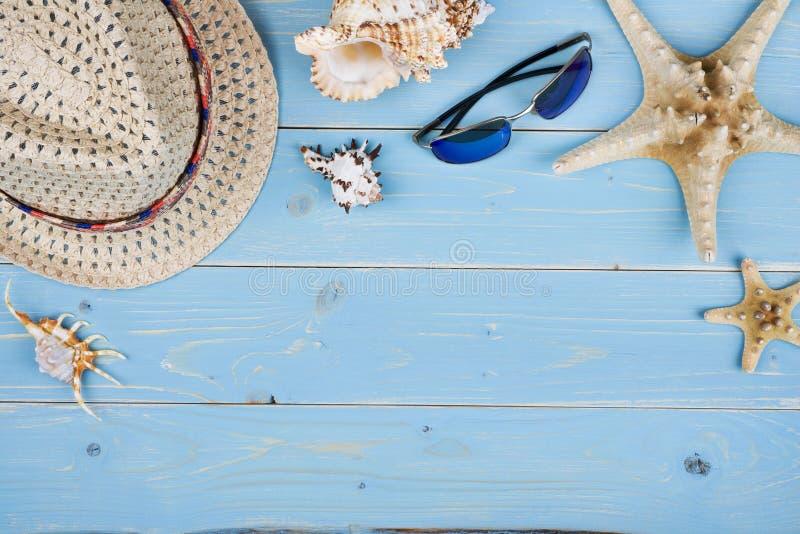 Coisas do conceito das férias de verão sobre o fundo de madeira textured azul tropical fotografia de stock royalty free