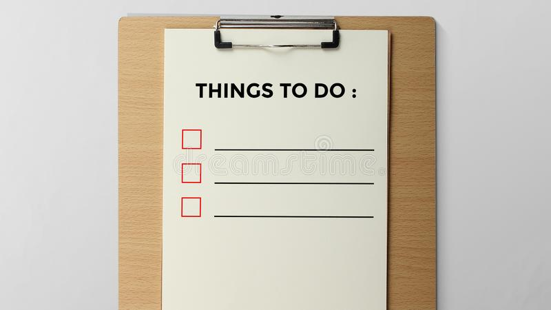 Coisas a fazer escrito na prancheta fotografia de stock