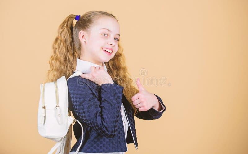 Coisas levando na trouxa Aprenda como trouxa apta corretamente O cutie elegante pequeno da menina leva a trouxa popular foto de stock royalty free