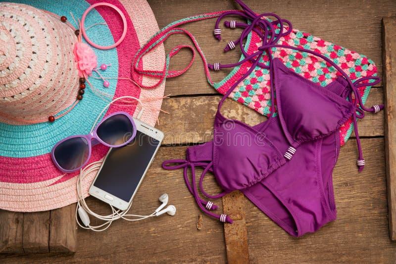 Coisas para a jovem mulher da praia foto de stock royalty free