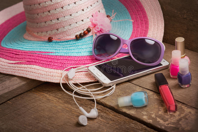 Coisas para a jovem mulher da praia imagens de stock royalty free
