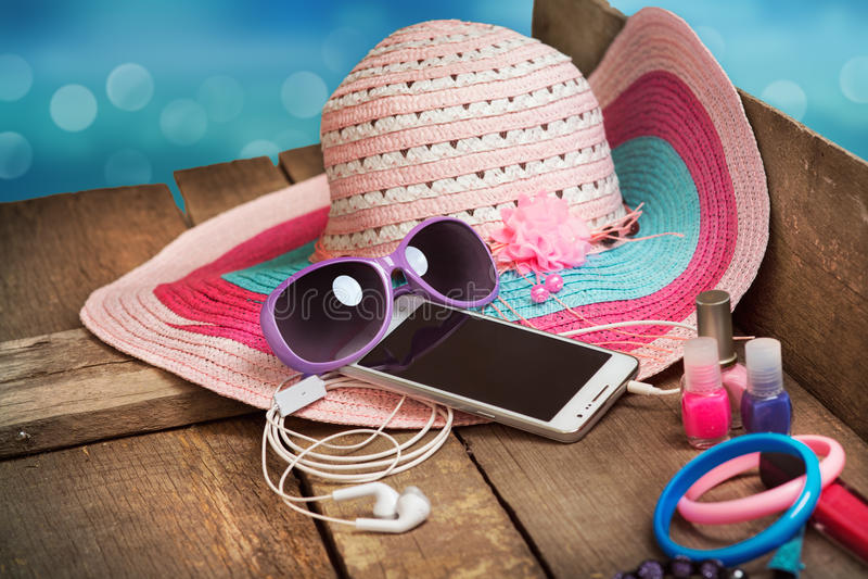 Coisas para a jovem mulher da praia foto de stock