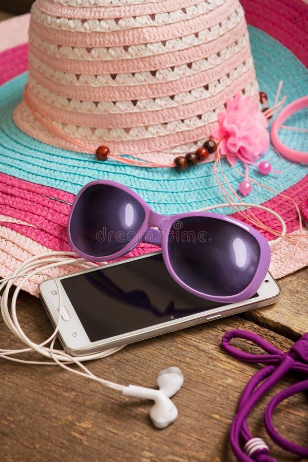 Coisas para a jovem mulher da praia imagem de stock royalty free