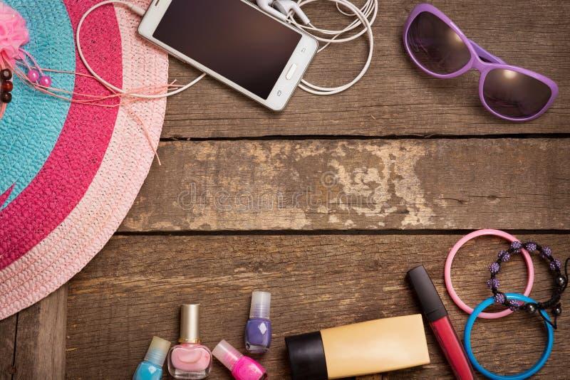 Coisas para a jovem mulher da praia fotos de stock