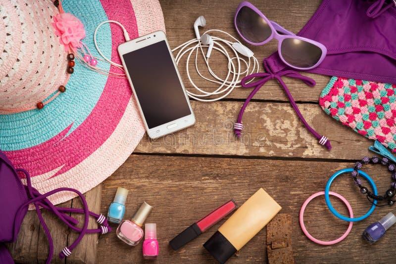 Coisas para a jovem mulher da praia fotos de stock royalty free