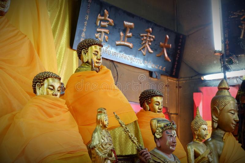 Coisas sagrados da estátua da Buda que respeito dos budistas imagens de stock