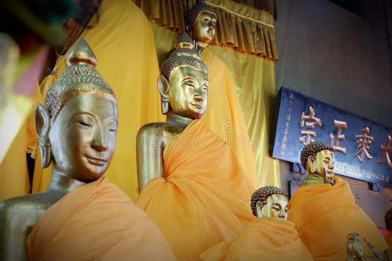 Coisas sagrados da est?tua da Buda que respeito dos budistas fotos de stock
