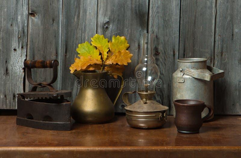 Coisas velhas e folhas fotografia de stock royalty free
