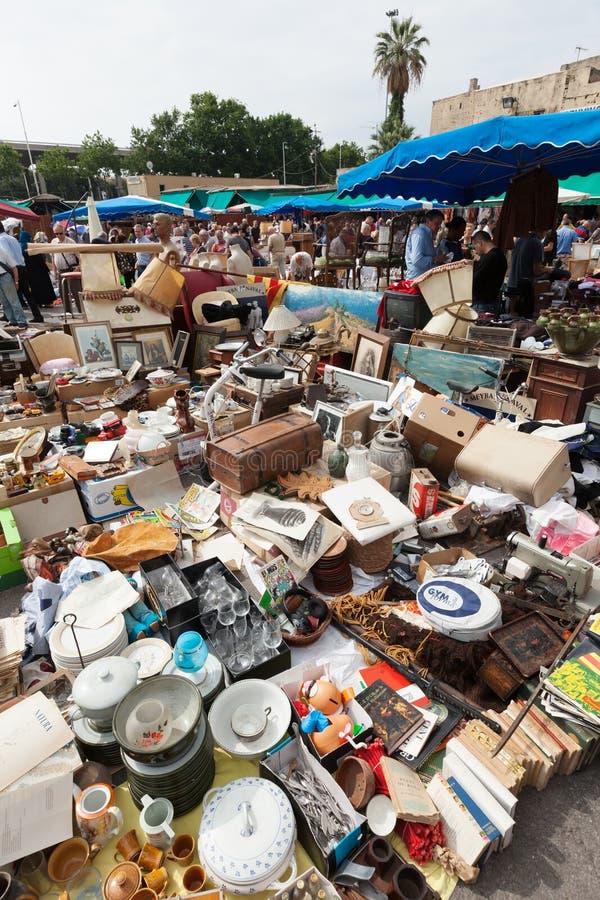 Coisas velhas na feira da ladra de Mercat de Encants em Barcelona foto de stock royalty free
