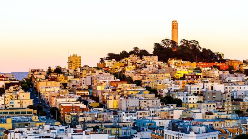 Coit塔和房子小山的旧金山在黄昏 免版税库存图片