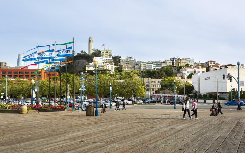 Coit torn från pir 39, San Francisco, Kalifornien, Amerikas förenta stater, Nordamerika royaltyfri bild