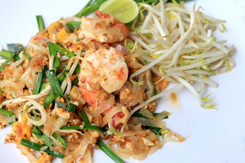 Cojín tailandés tailandés, tallarines de la comida del sofrito con el camarón en la placa blanca El que está del plato principal  fotografía de archivo libre de regalías