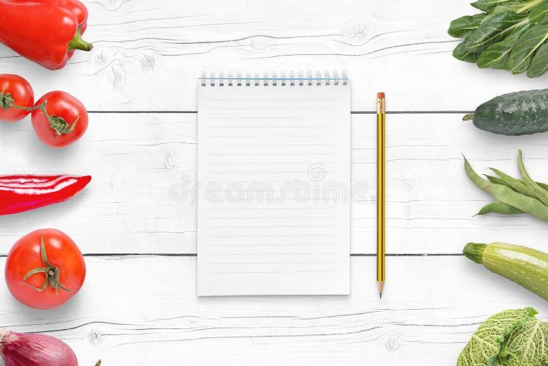Cojín vacío para una lista de ingredientes en la tabla de madera blanca imagenes de archivo