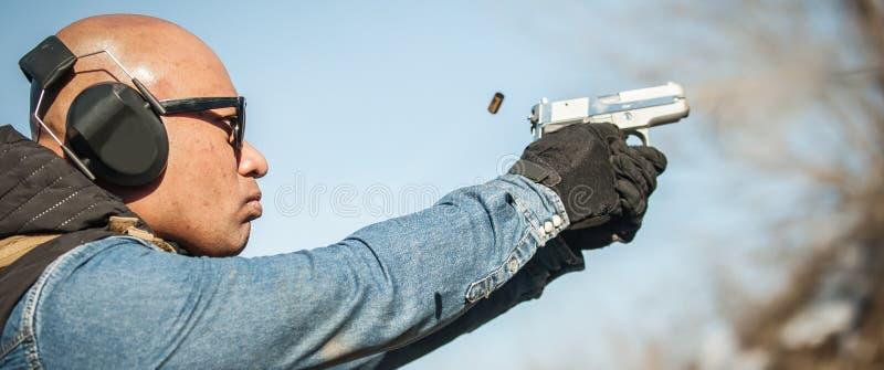 Coja una bala Primer de la bala del movimiento del arma y del vuelo imagenes de archivo