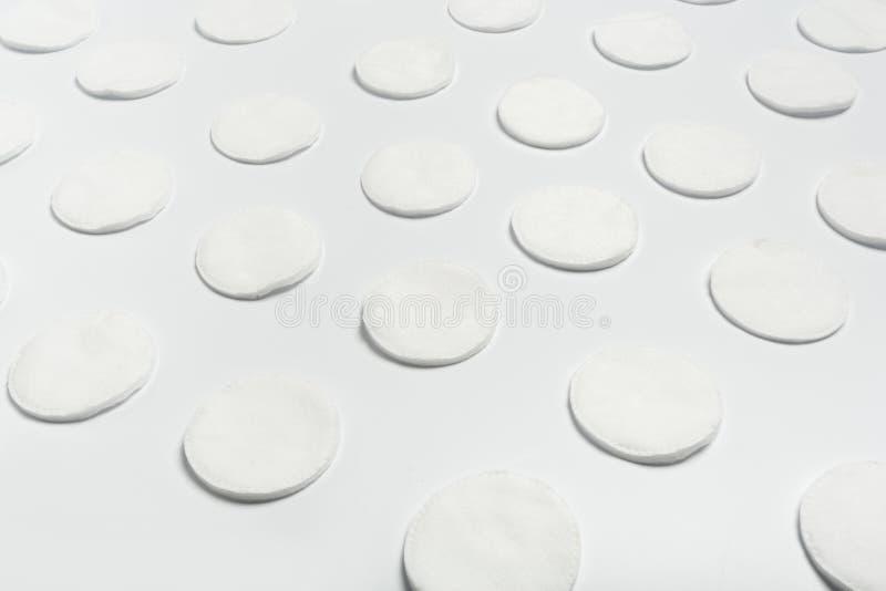 Cojines de algodón aislados en el fondo blanco Visión superior imagen de archivo libre de regalías