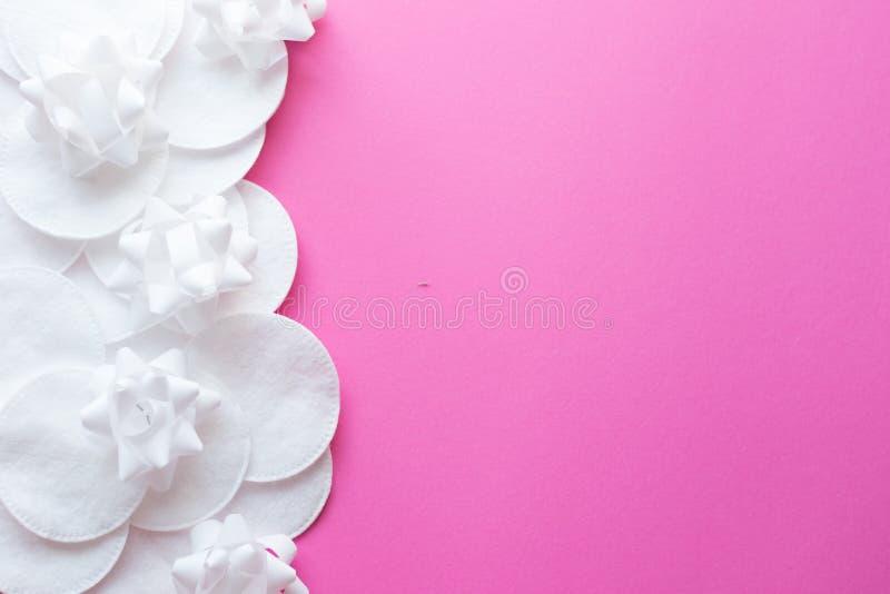 Cojines de algodón en el fondo rosado, visión superior Belleza, piel, concepto del cuidado del cuerpo Foco selectivo Lugar para e foto de archivo