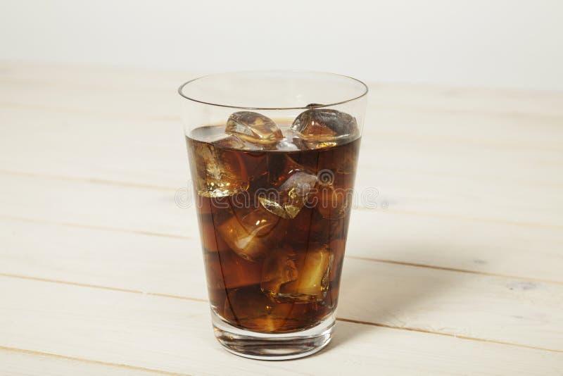 Coke avec de la glace images stock