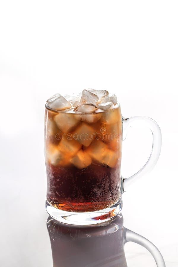 Cokes en ijs in een glas royalty-vrije stock afbeeldingen