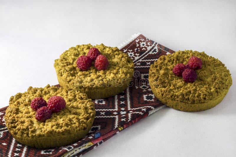 Cokies desmenuzables hechos en casa deliciosos de la torta dulce con las frambuesas fotos de archivo