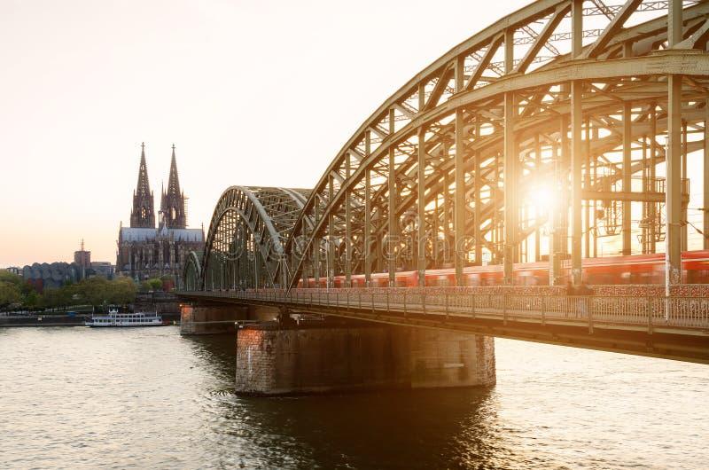 Colónia, Alemanha Imagem da água de Colônia com catedral da água de Colônia fotos de stock