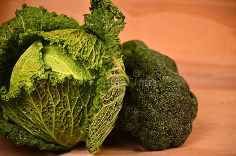 Col, coliflor, bróculi en fondo de madera foto de archivo