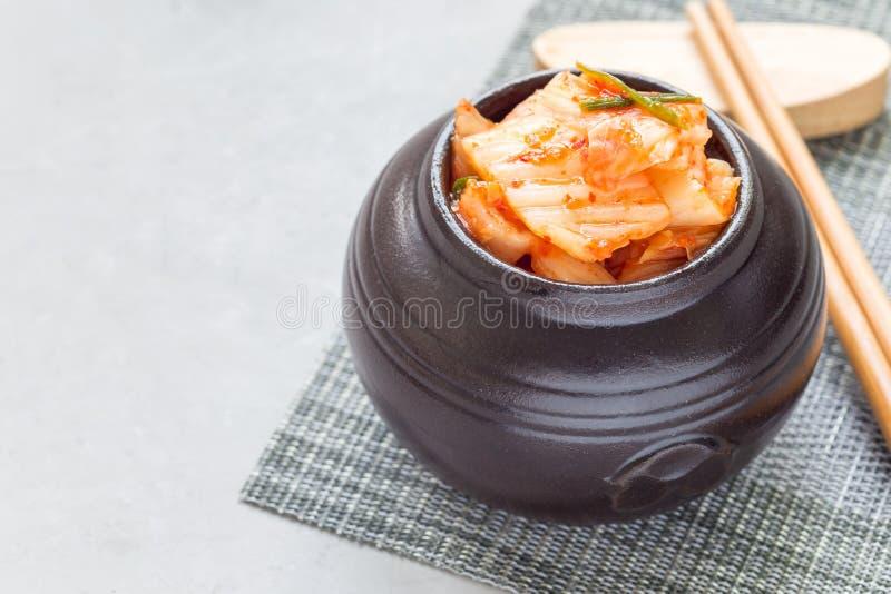 Col de Kimchi El aperitivo coreano en el tarro de cerámica, horizontal, copia el espacio fotografía de archivo libre de regalías