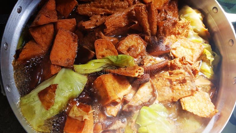 Col guisada con la sopa de champiñones del Shiitake de la ebullición de la hoja de la cuajada de habichuelas y de la cuajada de l fotos de archivo