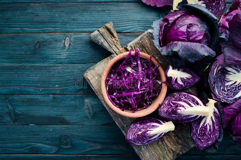 Col púrpura en un fondo de madera azul Alimento biol?gico imagen de archivo