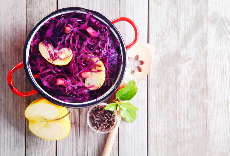 Col y ensalada púrpuras frescas gastrónomas de Apple fotos de archivo