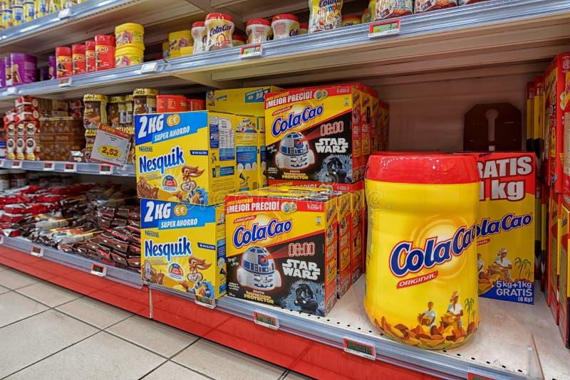Cola cao del nesquik de los productos y de los dulces de cereal del supermercado fotos de archivo libres de regalías