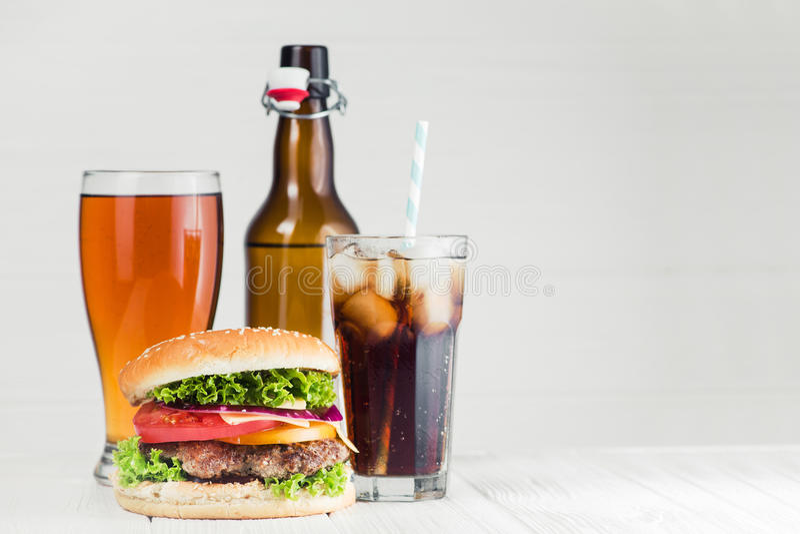 cola, cerveja e hamburguer imagens de stock royalty free