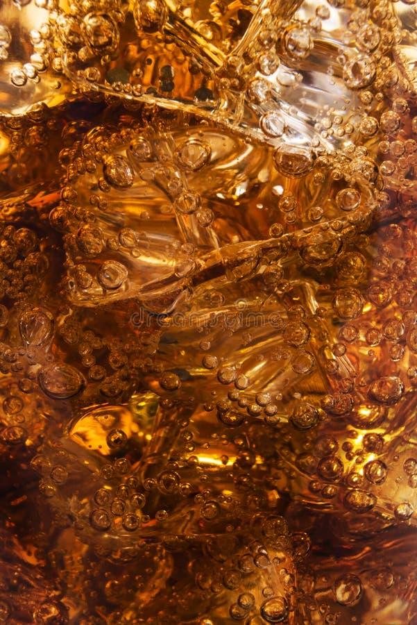 Cola con ghiaccio e le bolle fotografie stock