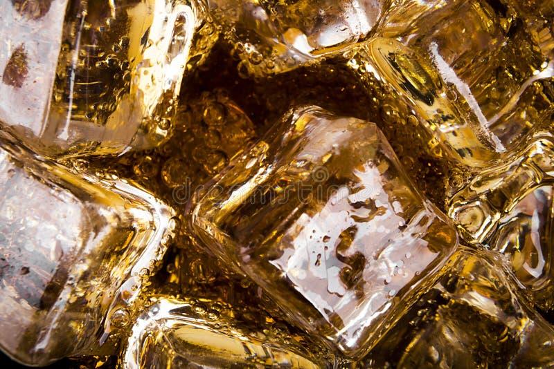 Cola con ghiaccio e le bolle immagine stock