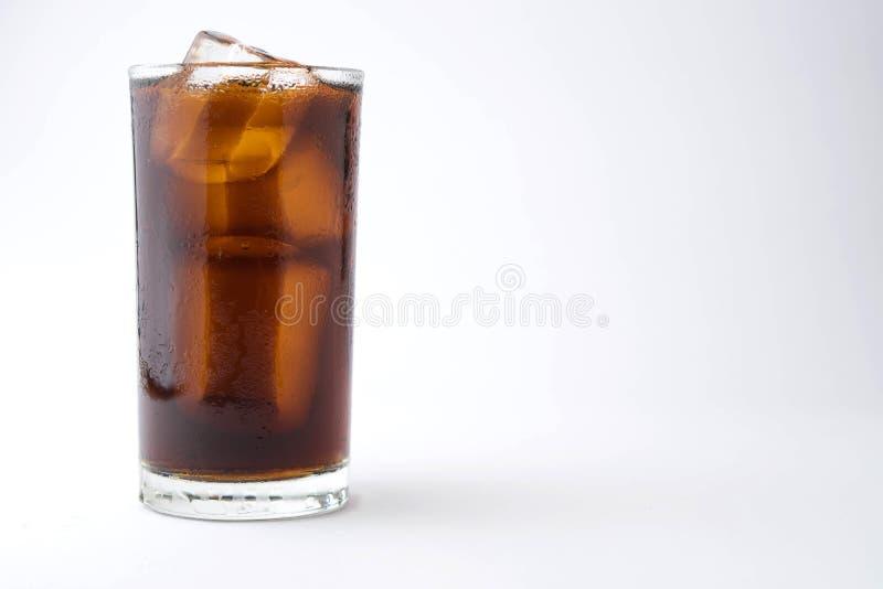 Cola con ghiaccio in vetro su fondo bianco con lo spazio della copia fotografia stock libera da diritti