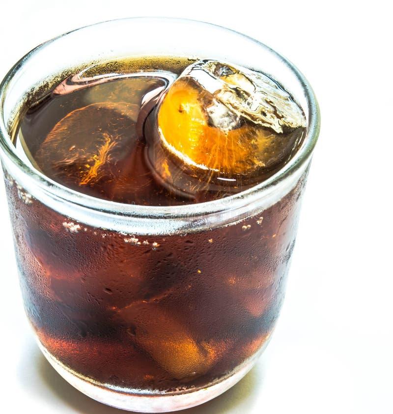 Cola con hielo en taza imagen de archivo